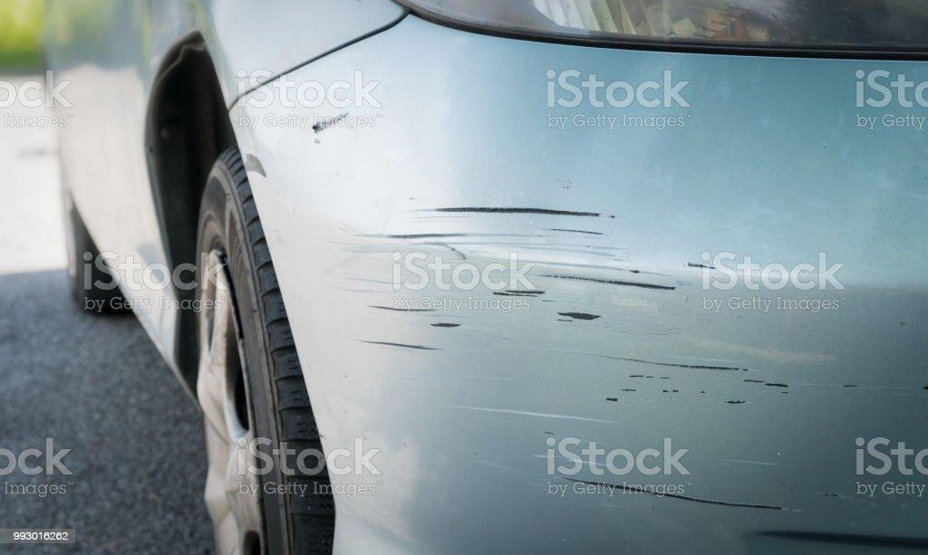 Zerkratzt Auto mit tiefen Beschädigung der Lackierung - Lizenzfrei Auto Stock-Foto