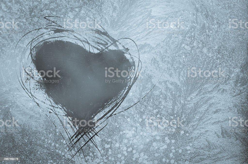 Zerkratzt Herz auf eisigen Fenster – Foto