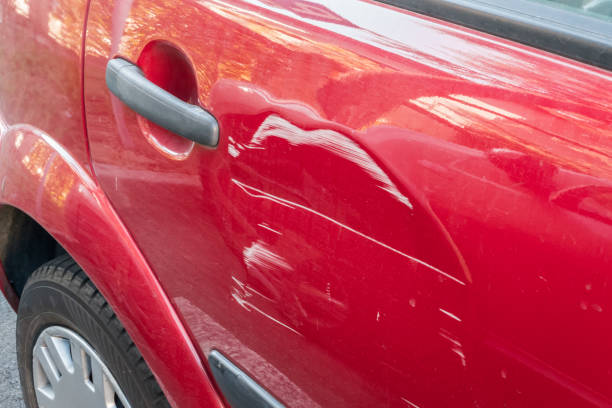 repor på den röda bilen - krockad bil bildbanksfoton och bilder