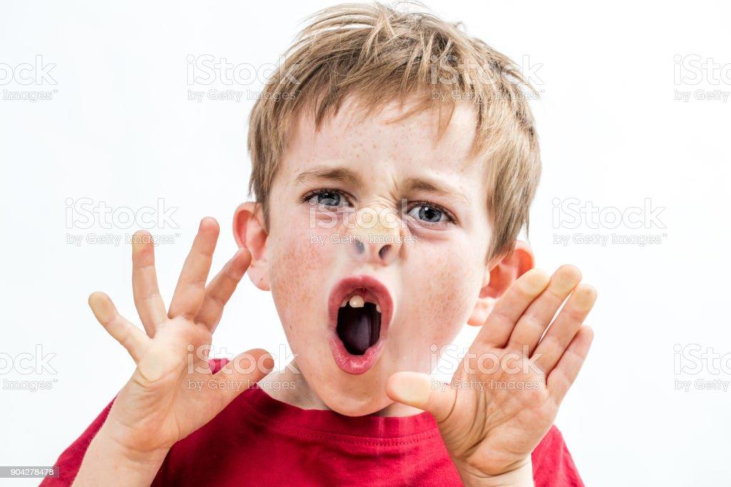 freches Kind brechen seine Nase zum Fenster für Fehlverhalten zu schreien – Foto