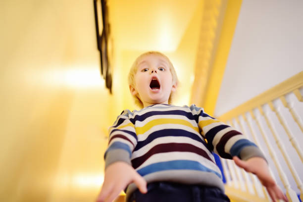 Gritando de susto el niño - foto de stock