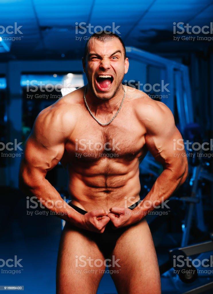 Mann trainierter körper gut trainierter