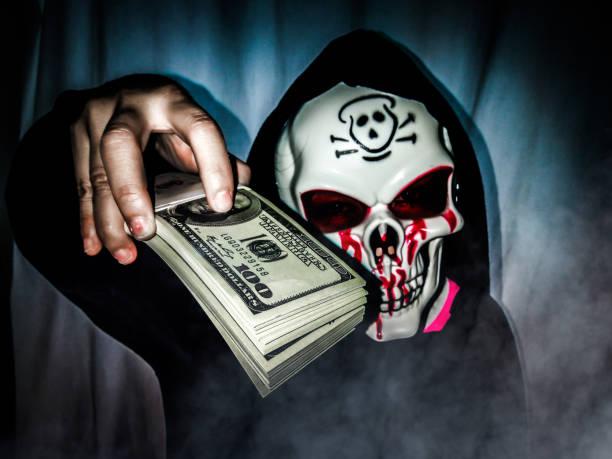 schreien zeigen sie geld durchdrücken als horror-rauchen. - engelsflügel kaufen stock-fotos und bilder