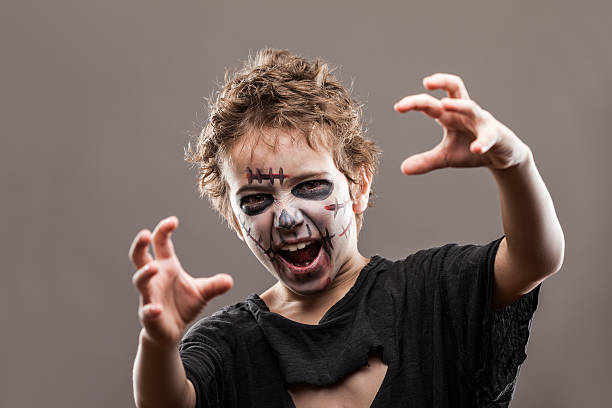 schreien walking dead zombie kind jungen - brüllender tod stock-fotos und bilder