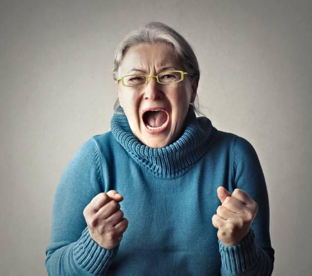 mujer pateando - mujer gritando fotografías e imágenes de stock