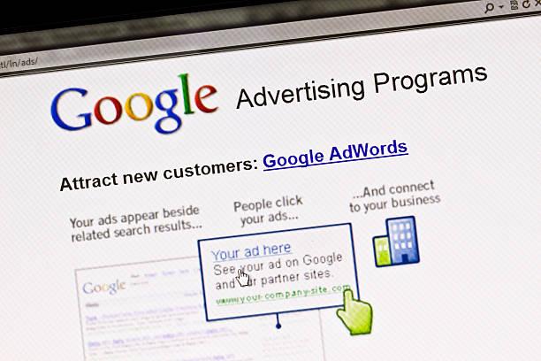 рекламу в google отображается экран программы - google стоковые фото и изображения