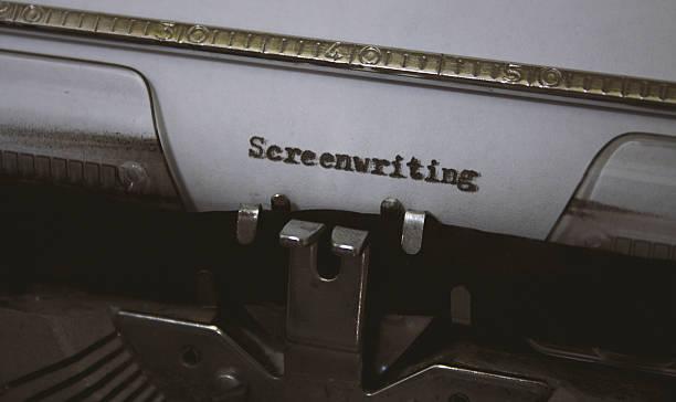 screenwriting titel mit einer alten schreibmaschine geschrieben - drehbuchautor stock-fotos und bilder
