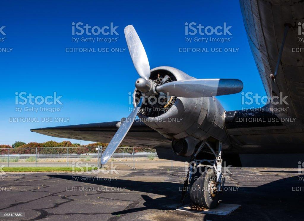 Skruva fast motorn i det gamla amerikanska transportflygplanet Douglas DC-3 - Royaltyfri 1940-1949 Bildbanksbilder