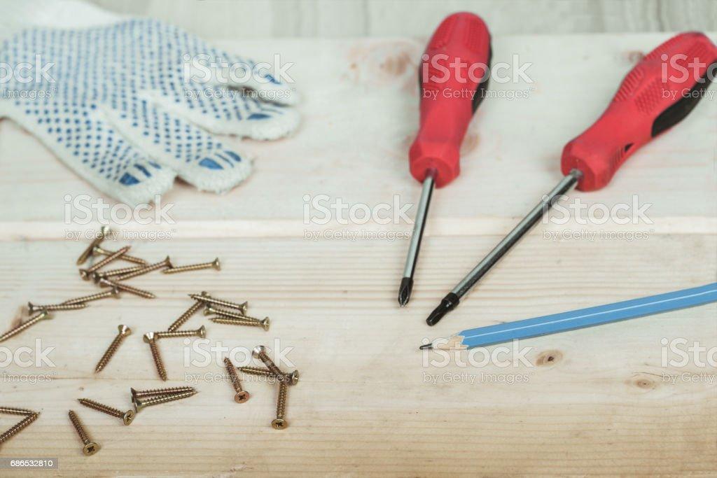 Tournevis et jeu de vis sur le fond en bois photo libre de droits
