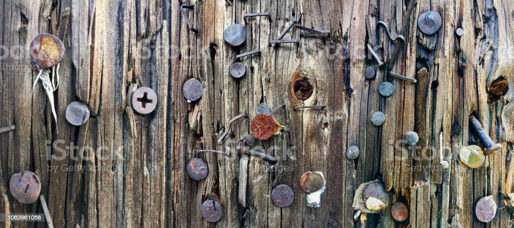 Schrauben und Nägel auf Telefonmast abstrakten Hintergrund – Foto