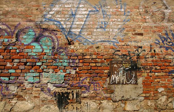 scribbled brick wall - duvar yazısı stok fotoğraflar ve resimler