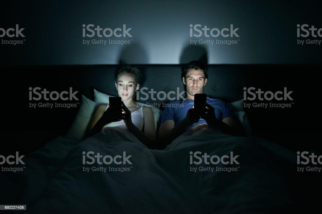 Scrollen durch, bevor sie schlafen – Foto