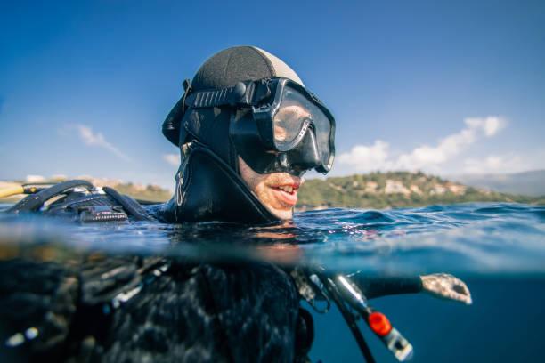 바다 표면의 스쿠버 다이 버 - 이오니아 해 뉴스 사진 이미지