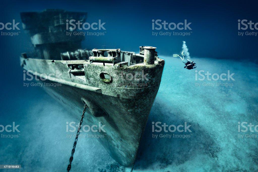 Mergulhador explorando navio naufragado - foto de acervo