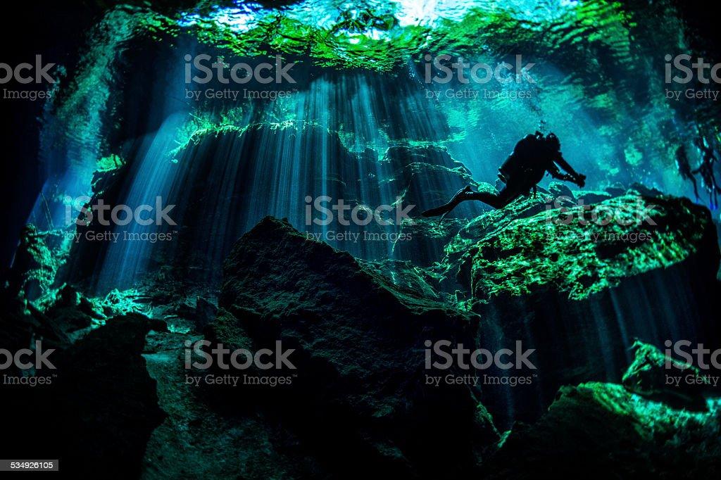 Mergulhador embaixo d'água, cavernas em - foto de acervo