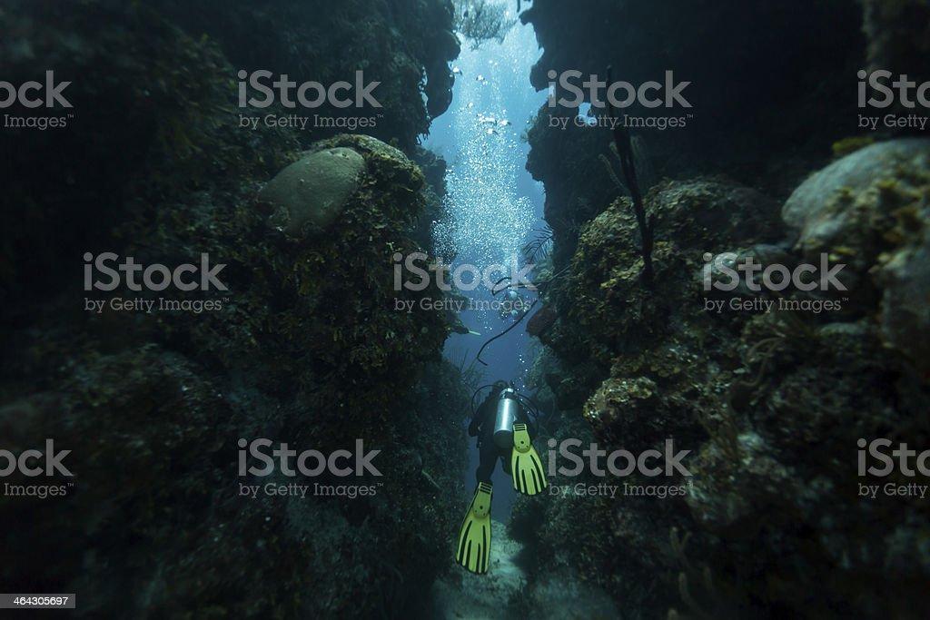 Buceador swims a través del túnel - foto de stock