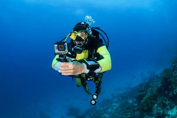 Taucher mit einer GoPro beim Tauchen unter Wasser – Foto