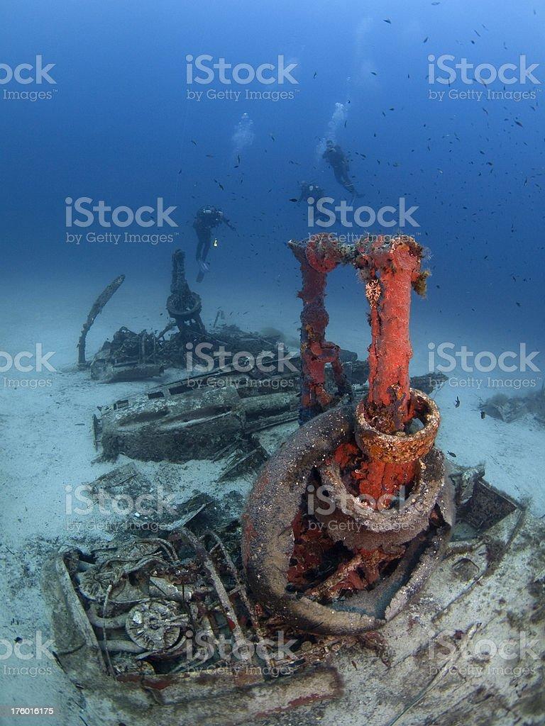 Buzos buceo en un avión naufragio - foto de stock