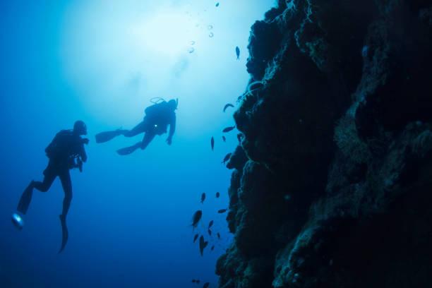 Scuba Diving Abenteuer.  Zwei Mann Scuba Diver, Tauchen in das Meer. Unterwasser, türkisfarbenen Lagune, Freude in das kristallklare Meer.  Leben im Meer. Strand am Mittelmeer. Sommer. Griechenland, griechische Insel. – Foto
