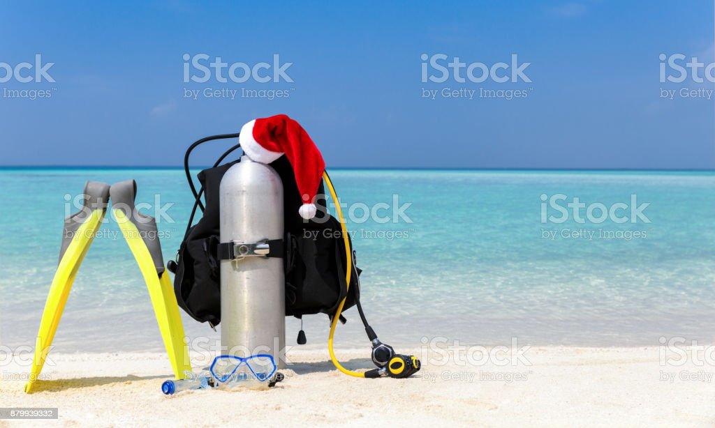 Matériel de plongée sous-marine avec un chapeau de père Noël photo libre de droits