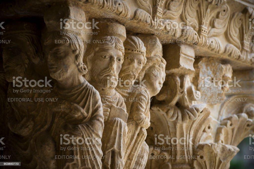 Sculptered Hauptstädte im St. Trophime Cloister in Arles, Frankreich – Foto