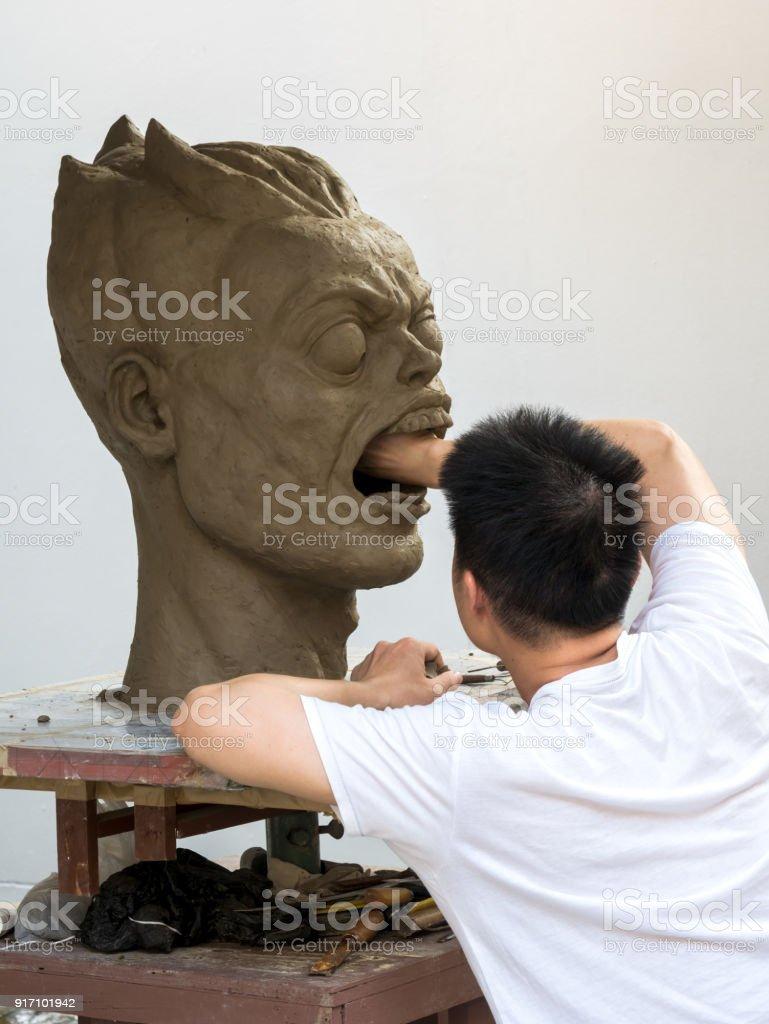 Bildhauer arbeitet an seinem Ton-Skulptur – Foto