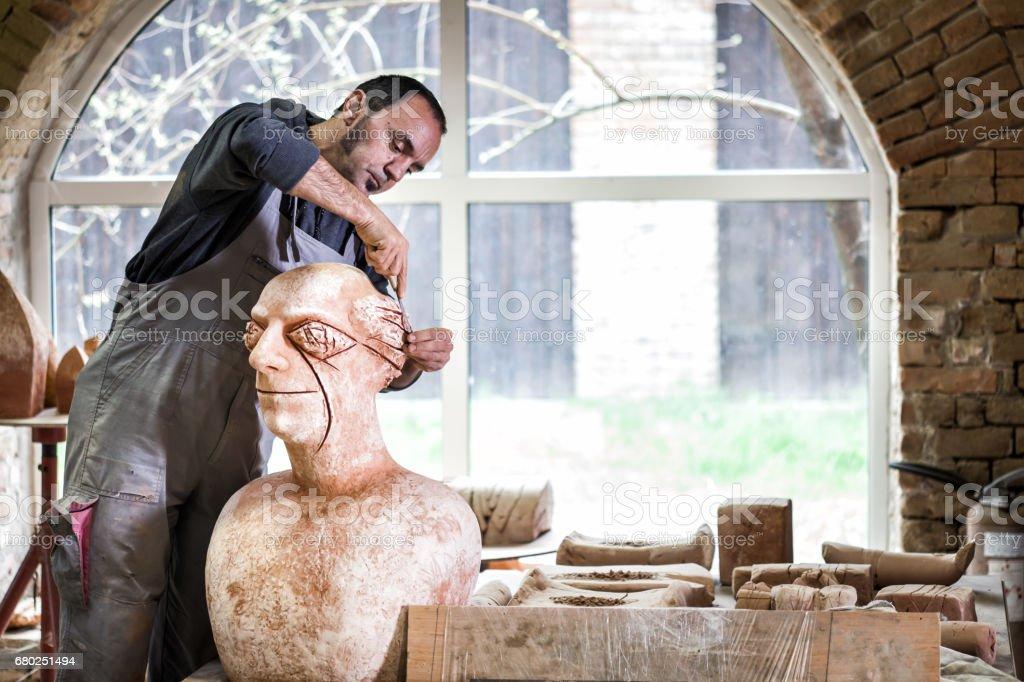 Sculptor working on sculpture – Foto