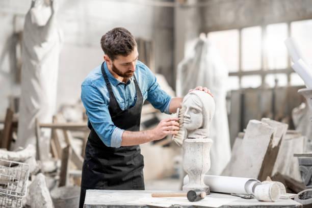 Bildhauer mit Skulptur im Studio arbeiten – Foto