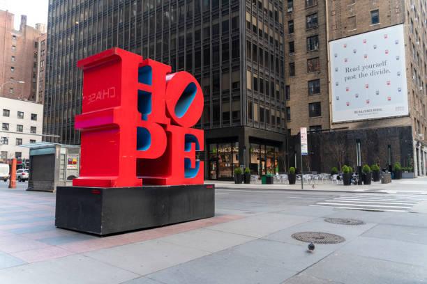 HOPE-Skulptur von Robert Indiana auf den Straßen von Midtown Manhattan bringt Hoffnung in die Köpfe und Herzen der New Yorker. – Foto