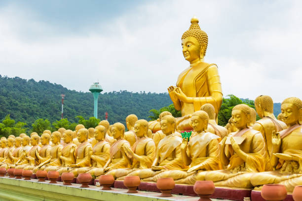 Skulptur Figuren buddhistischer Mönche. Budha und 1250 Mönchen an Phuttha Utthayan Makha Bucha Anusorn Nakhon Nayok, Thailand. – Foto
