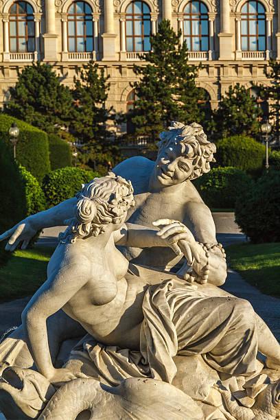 skulptur in der innenstadt von wien - kunsthistorisches museum wien stock-fotos und bilder