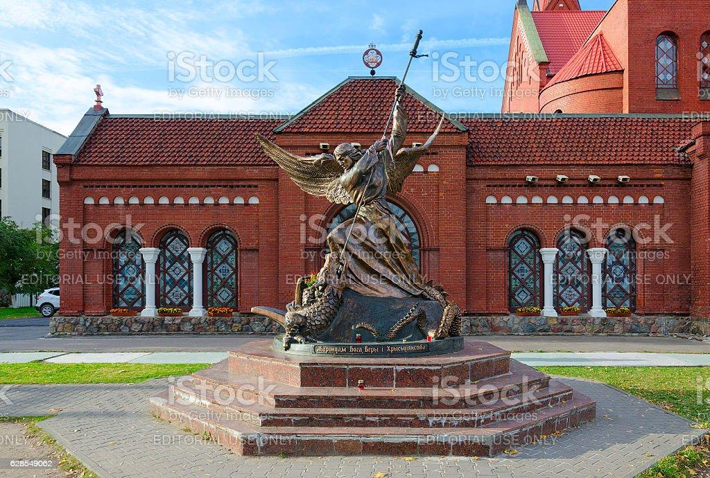Sculpture of Archangel Michael, striking winged serpent, Minsk, Belarus – Foto