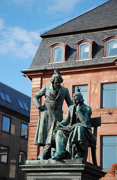 skulptur von brothers grimm in hanau - die brüder grimm stock-fotos und bilder