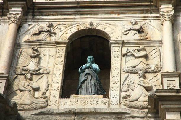 skulptur på ruinerna av st pauls, macau - paul simon bildbanksfoton och bilder