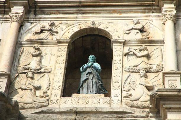 skulptur på ruinerna av st paul ' s, macau - paul simon bildbanksfoton och bilder