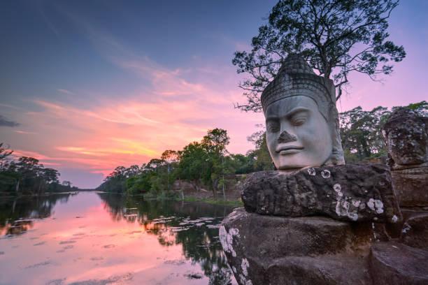 Skulptur vor dem Südtor von Angkor Thom bei Sonnenuntergang, Siem Reap, Kambodscha – Foto