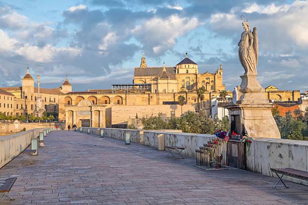 Sculpture staying on Roman bridge of Cordoba - foto de acervo