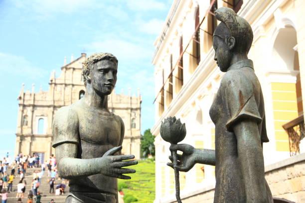 skulptur med ruin av st pauls som bakgrund i macau - paul simon bildbanksfoton och bilder