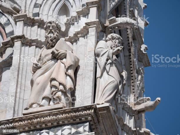 Foto de Esculturas De Philiophers No Exterior Da Catedral De Siena e mais fotos de stock de Antigo