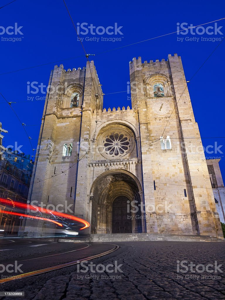 Se Cathedral Lisbon, Portugal by night stock photo