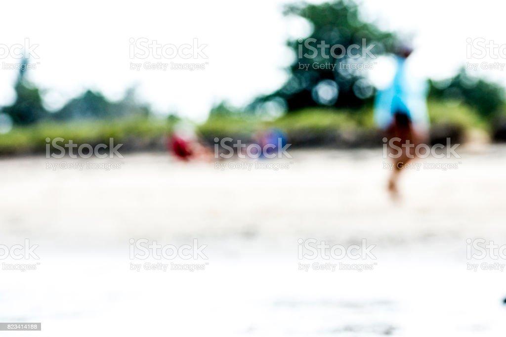 Se promener sur la plage en été. stock photo