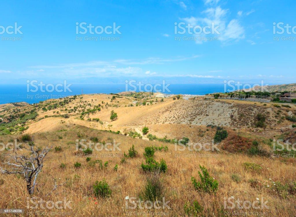 Meer und Sizilien Insel weit von Berg Hügel in Motta San Giovanni Ortsrand, Reggio Calabria, Italien – Foto