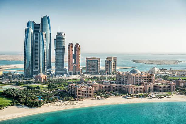 Meer und Wolkenkratzer in Abu Dhabi – Foto