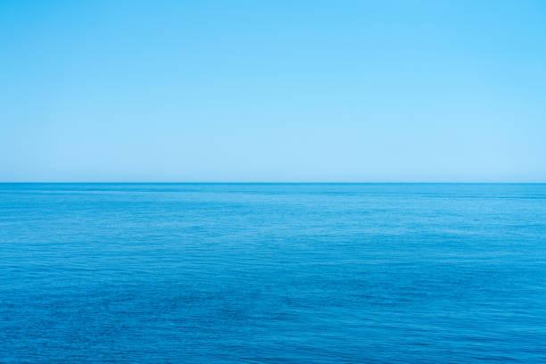 havet och den molnfri blå himmel, flyter in i horisonten. - vattenlandskap bildbanksfoton och bilder