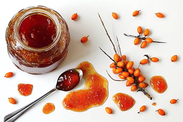 씨벅턴 jam (jar 및 오랑주 베리류. 포토서제스트 위. - 씨벅턴 뉴스 사진 이미지