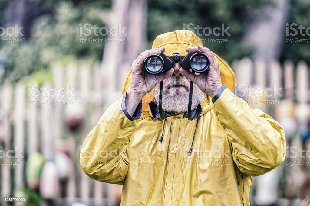 Kapitän zur See Blick in die Kamera, Fernglas – Foto