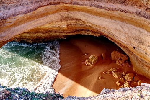Sea Cave In Benagil Beach Algarve Portugal Between Carvoeiro And Armação De Pêrabenagil Lagoa Faro Portimao Algarve Portugal Atlantic Ocean - Fotografias de stock e mais imagens de Algarve