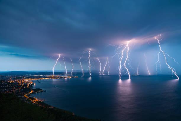 sea city lightning storm - lightning zdjęcia i obrazy z banku zdjęć