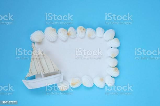 Sea Framewhite Styrelse Med Vita Snäckskal Och En Båt På En Ljusblå Bakgrund Ovanifrån Kopiera Utrymme Sommartid Sommarsäsongen-foton och fler bilder på Antända