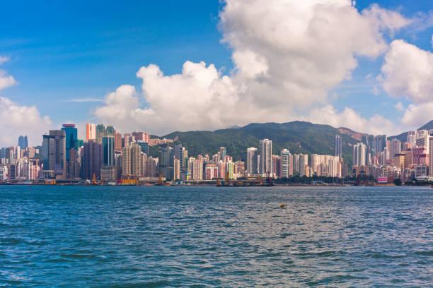 vista frente mar, com edifícios luxuosos em hong kong - alto descrição geral - fotografias e filmes do acervo